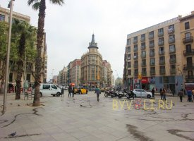 Впереди район Раваль в Барселоне