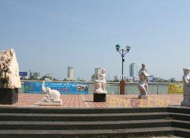 Скульптуры на набережной