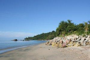 Пляж рядом с отелем Century Langkawi Beach Resort