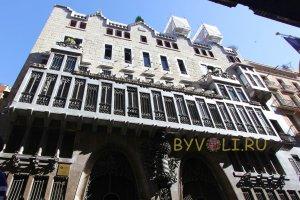 Дворец Гуэля в Барселоне - передний фасад особняка