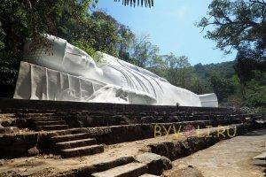 Статуя Лежащего Будды на горе Таку