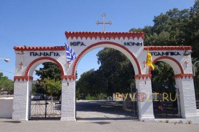 Монастырь Цамбика - входные ворота в нижний храм