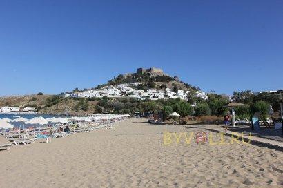 Вид на Акрополь Линдоса с пляжа