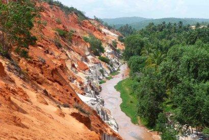 Красный ручей в Муйне